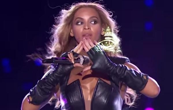Superbowl-Beyonce-flashing-pyramid-eye