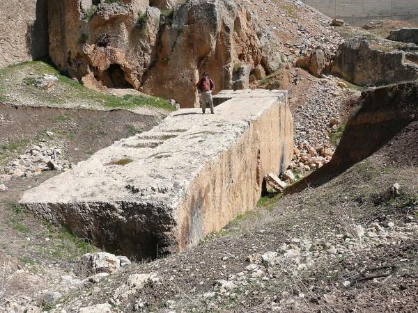 1280px-Baalbek-_largest_stone-600x450