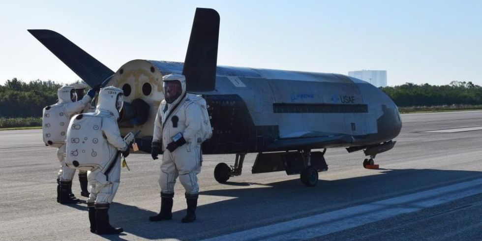 landscape-1498077969-x-37b-otv4-landed-at-kennedy-space-center-170507-o-fh989-001